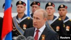 Tổng thống Nga Vladimir Putin phát biểu trong lễ kỷ niệm Ngày Chiến thắng ở Sevastopol, ngày 9/5/2015. Nga phủ nhận có binh sĩ tham chiến tại miền đông Ukraine, nói rằng những người lính Nga chiến đấu bên cạnh các phiến quân Ukraine đòi ly khai thân Nga là những người tình nguyện.