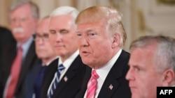 پرزیدنت ترامپ به زودی باید نظر خود را درباره ماندن یا بیرون آمدن از توافق هسته ای با ایران اعلام کند.