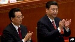 Mantan presiden China Hu Jintao, kiri, dan Xi Jinping bertepuk tangan setelah Kongres Nasional Rakyat dalam sidang plenonya memilih Xi sebagai Presiden China mendatang (foto, 14/3/2013)