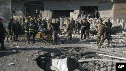Pasukan keamanan Irak dan warga sekitar memeriksa lokasi ledakan bom di Kirkuk, Minggu (3/2). Serangan bom bunuh diri yang menghantam Taji menewaskan 4 orang, Senin 4/2.