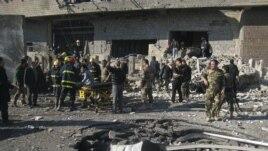 Irački policajci i civili kraj kratera koji je izazvala jučerašnja eksplozija automobila bombe u Kirkuku