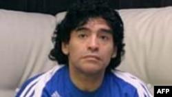 Ý bán đấu giá vòng đeo tai của Maradona
