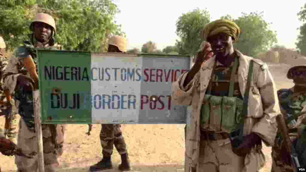 Des soldats nigériens au poste frontalier nigérian, à la frontière avec le Niger, près de Diffa