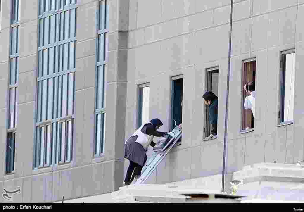 عکسی از حمله تروریستی در تهران - برخی گروگان ها از ساختمان ها بیرون فرار می کنند.