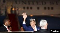 លោក John Kerry រដ្ឋមន្ត្រីការបរទេសសហរដ្ឋអាមេរិកបក់ដៃទៅកាន់ក្រុមអ្នកកាសែតក្រោយពេលលោកអញ្ជើញមកដល់អាកាសយានដ្ឋានអន្តរជាតិភ្នំពេញ កាលពីថ្ងៃទី២៥ ខែមករា ឆ្នាំ២០១៦។ REUTERS/Samrang