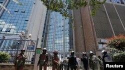 Polisi wakilinda ofisi za IEBC kufuatia maandamano ya upinzani Kenya