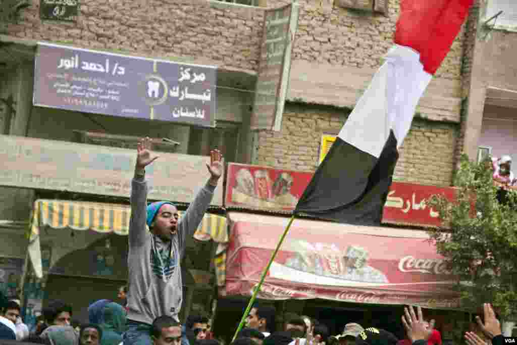Protesters march in Maadi, Cairo, on the six month anniversary of the violent crackdown against supporters of ousted President Mohamed Morsi, Feb. 14, 2014. (Hamada Elrasam/VOA)