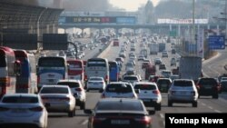 설 연휴가 시작된 5일 오후 귀성길에 오른 차량들이 경부고속도로 하행선 서울톨게이트 부근을 지나고 있다.