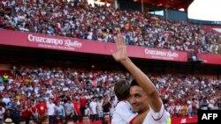 Le nouveau footballeur de Séville, Jesus Navas, porte son fils Jésus devant ses supporters après une conférence de presse lors de la présentation au stade Sanchez Pizjuam de Séville, le 2 août 2017