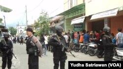 Polisi bersenjata di lokasi penggeledahan di Cemani Ngruki Sukoharjo (Foto: VOA/Yudha Satriawan)