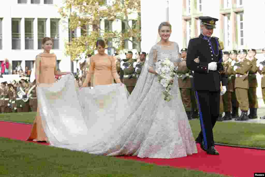 کنتس استفانی دولانوی بازو در بازوی برادرش برای انجام مراسم مذهبی ازدواج به کلیسا می رود.