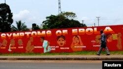 Áp phích khuyến cáo về dịch bệnh Ebola với hàng chữ 'Các triệu chứng của Ebola' tại Monrovia, Liberia, ngày 12/10/2014.