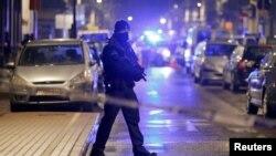 벨기에 경찰이 24일 샤에르베이크 지구에서 브뤼셀 테러 용의자 검거 작전을 수행 중이다.