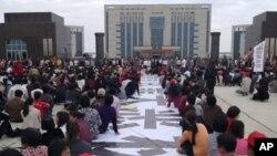 中国广东省陆丰市乌坎村数千民众11月21日在陆丰市政府前静坐