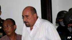 Serge Atlaoui, terpidana hukuman mati asal Perancis, di Pengadilan Tangerang (1/4). (AP/Tatan Syuflana)