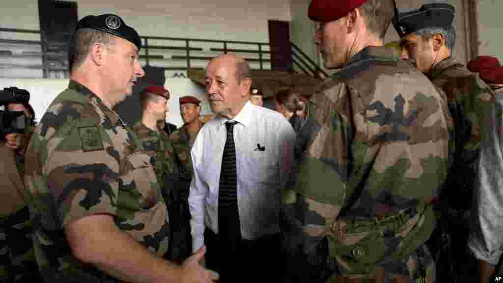 Le ministre français de la Défense Jean-Yves Le Drian et les soldats français de l'opération Sangaris à Bangui, le 2 janvier 2014.