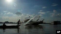 Một ngư dân đánh cá trên sông Mekong gần Phnom Penh, Campuchia. Hình minh họa.