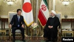 아베 신조 일본 총리와 하산 로하니 이란 대통령이 12일 이란 테헤란에서 만나 정상회담을 하고 있다.