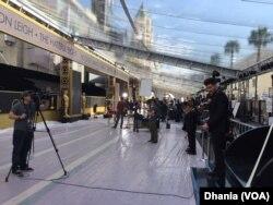 Reporter dari mancanegara berkumpul di area karpet merah yang tertutup plastik putih (Dok: VOA)