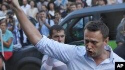 Tokoh oposisi Rusia Alexei Navalny berbicara di depan pengadilan Moskow. (Foto: Dok)