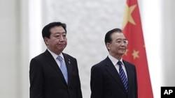 日本首相野田佳彥(左)和中國總理溫家寶12月25日在北京