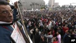 Những người phản đối tụ họp tại Quảng trường Tahrir, trong thủ đô Cairo, Ai Cập. Các nhóm đối lập tiến hành cuộc cuộc biểu tình vào thứ Sáu ngày cuối trước cuộc trưng cầu dân ý