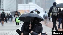 香港示威者星期天(12月29日)在雨中繼續抗議。