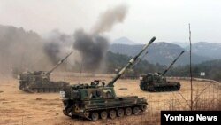 지난 15일 강원 고성군 일대에서 진행된 2014 해상 장사거리 사격훈련에서 K-9이 표적을 향해 불을 뿜고 있다. (자료사진)