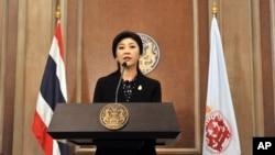 泰國總理英祿12月25日內閣會議後,在曼谷一空軍基地的新聞發佈會上講話