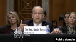 助理国务卿丹尼尔. 拉塞尔在参议院听证会上