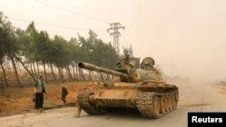 지난해 10월 시리아 알레포 시 서부 지역에서 반군이 탱크를 몰고 있다. (자료사진)