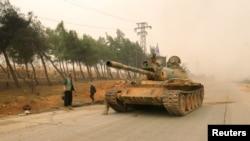 Xe tăng của phe nổi dậy di chuyển trong thành phố Dahiyat al-Assad, phía tây Aleppo, 28/10/2016.