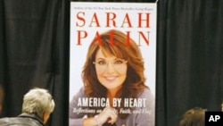 Sarah Palin greets fans and supporters as she signs her book 'America by Heart,' during a book signing event in Phoenix, Arizona, 23 Nov 10