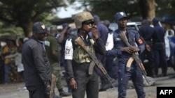 Cảnh sát Bờ Biển Ngà đứng gác trong một cuộc biểu tình của thanh niên ở Abidjan, 20/12/2010