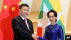 Presiden China, Xi Jinping (kiri) bersama Pemimpin Myanmar, Aung San Suu Kyi (kanan) saat bertemu di Istana Kepresidenan di Naypyitaw, Myanmar, 17 Januari 2020.