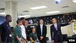 El presidente Barack Obama, el secretario Arne Duncan y el ex gobernador republicano de Florida Jeb Bush, lanzando el mes dedicado a la educación en Florida.