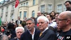 乔治.克鲁尼与他的父亲尼克.克鲁尼