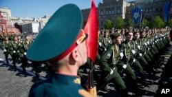Soldados rusos marchan en el Día de la Victoria, que conmemora la victoria sobre la Alemania nazi de la Segunda Guerra Mundial.
