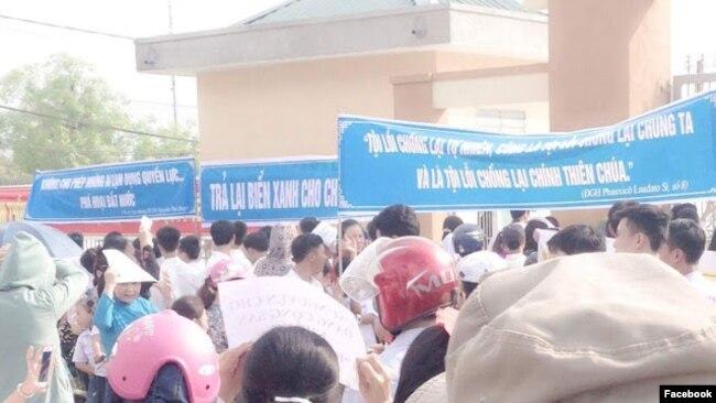 Người biểu tình nhà máy Formosa tại Nghệ An. Ảnh: Facebook Hồ Huy Khang