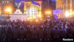 乌克兰民众在基辅独立广场抗议政府放弃贸易协议,警方与民众对峙