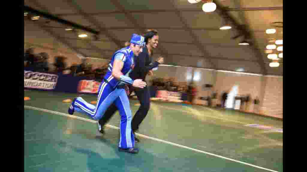 """Michelle Obama en una carrera para promocionar """"Let's Move!"""" durante un evento local en Washington, D.C. (5 de marzo de 2010)."""