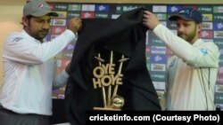 پاکستان اور نیوزی لینڈ کی کرکٹ ٹیموں کے کپتان ٹیسٹ سیریز کی ٹرافی کی رونمائی کے وقت