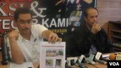 Humas Mabes Polri Irjen Suhardi Aliyus (kiri) dan Kepala Biro Penerangan Masyarakat Polri Brigjen Pol Boy Rafli saat menggelar konferensi pers di Jakarta terkait insiden di Sumatera Selatan, 7 Maret 2013. (VOA/Andylala).