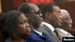 De la gauche, l'ex-première dame ivoirienne Simone Gbagbo, l'ancien Premier ministre Gilbert Ake N'Gbo, le président du FPI (avant la désignation de Laurent Gbagbo par une partie des membres) Pascal Affi N'Guessan et l'ex vice-président du FPI Aboudramane Sangare lors de la première journée du procès contre Simone Gbagbo, devant la cour d'assise d'Abidjan.