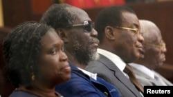 (De droite à gauche) L'ancienne première damede la Côte d'Ivoire Simone Gbagbo, l'ancien Premier ministre Gilbert Ake N'Gbo, le le président du Front populaire ivoirien (FPI) Pascal Affi N'Guessan et vice-président du FPI Aboudramane Sangaré assistent à la première journée de leur procès au Palais de justice