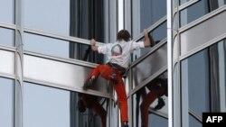 Người Nhện Alain Robert đã thành công trong việc leo lên tòa nhà cao nhất thế giới là Burji Khalifa, cao 828 mét, ở Dubai