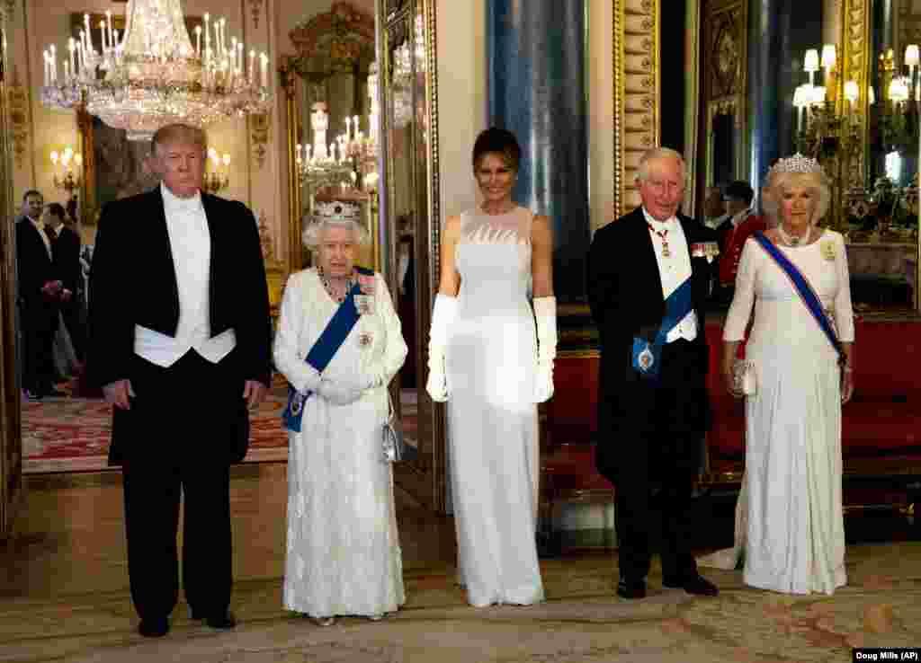 3 июня 2019  Дональд и Мелания Трамп на приеме у королевы Великобритании Елизаветы II (справа от них – принц Чарльз и герцогиня Корнуольская Камилла).  Это был второй визит президента США в Великобританию. В ходе поездки Трамп встретился с уходящим премьер-министром страны Терезой Мэй, после чего отправился в Портсмут, где вместе с лидерами Франции и Германии принял участие в церемонии по случаю 75-летия высадки союзников в Нормандии.