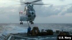 Tàu khu trục USS John S McCain tuần tra biển Đông. Mỹ tiếp tục các hoạt động tự do hàng hải để thách thức tuyên bố chủ quyền của Trung Quốc trên hầu hết khu vực biển giàu tài nguyên và khoáng sản này.
