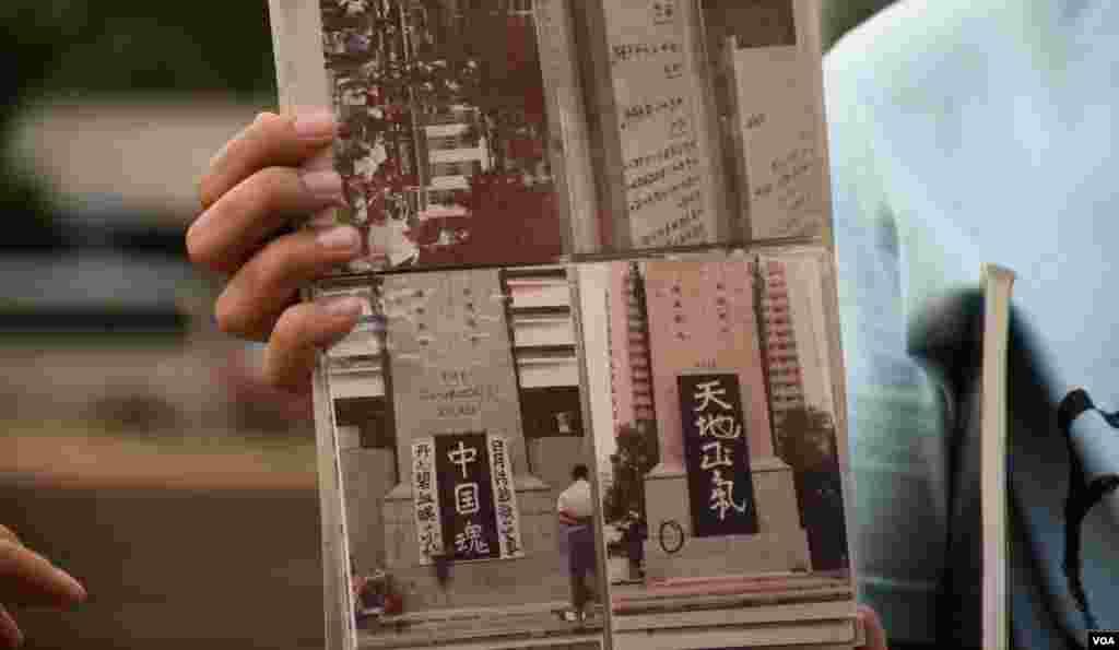 八九香港民主導賞團重溫當年港人聲援八九民運活動的舊照片 (美國之音湯惠芸拍攝)