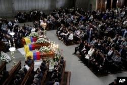 Parientes y amigos asisten al funeral del periodista Javier Ortega, el fotoperiodista Paul Rivas y su chofer Efraín Segarra, secuestrados y luego asesinados por un grupo disidente de las Fuerzas Armadas Revolucionarias de Colombia mientras informaban en una peligrosa región fronteriza, en Quito, Ecuador , Viernes, 29 de junio de 2018. (Foto AP / Dolores Ochoa)